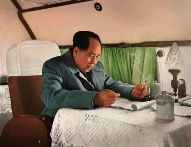 △1957年,毛主席在飞机上工作.