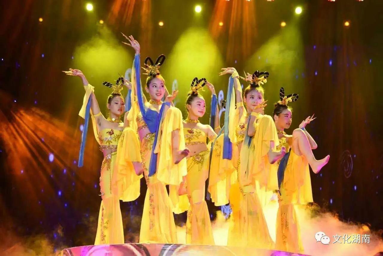 澧县舞蹈家协会艺术团群舞《共圆中国梦》