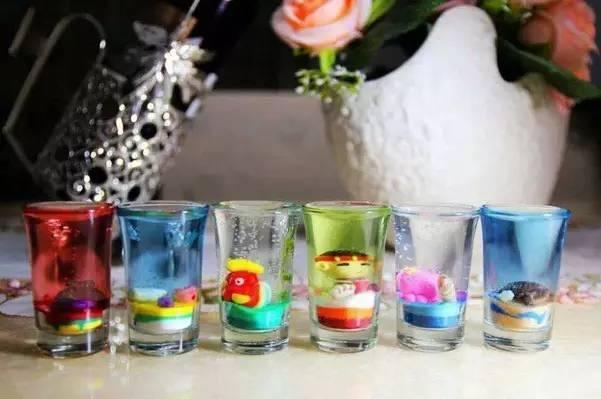 文化 正文  果冻蜡烛又称水晶蜡烛,如水晶般晶莹剔透,又如果冻般鲜艳