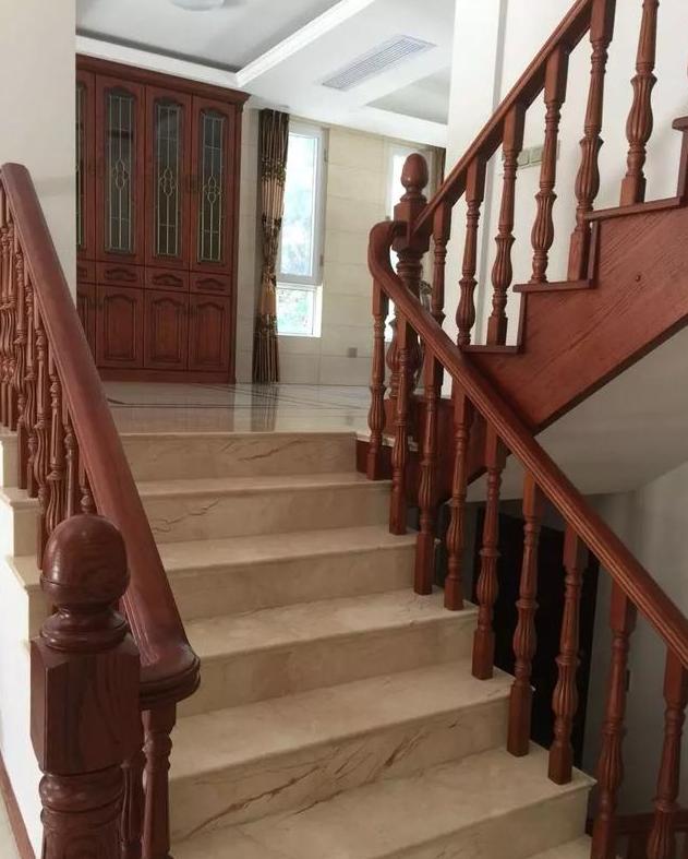 楼梯铺贴大理石地板,两色的扶手采用实木打造,很好的搭配了房间的风格图片
