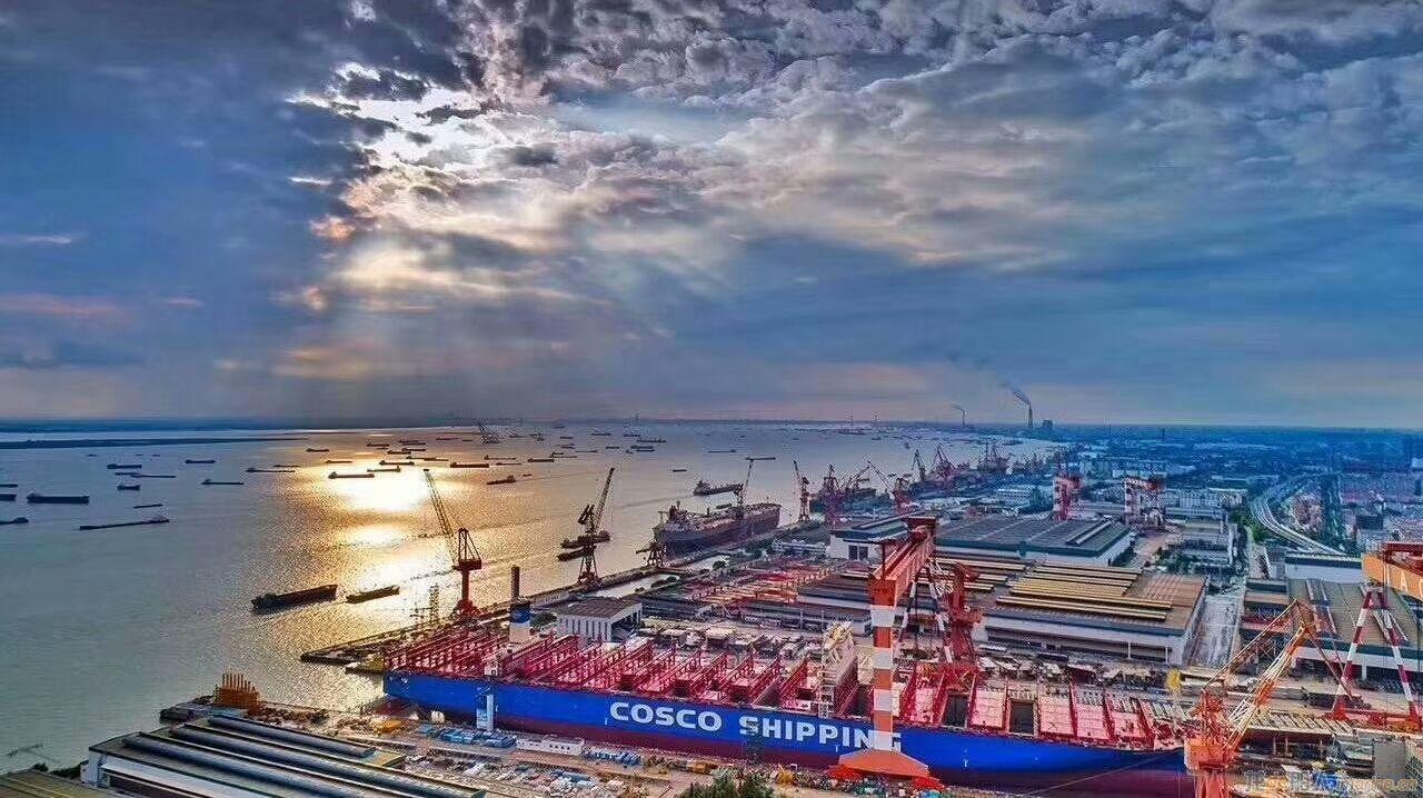 【造船】南通中远川崎2万标集装箱船出坞