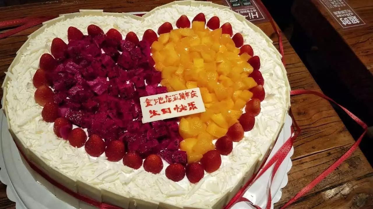 店长小黑姐专门买了一个大蛋糕,伙伴们共同为金地店五周年庆生!图片