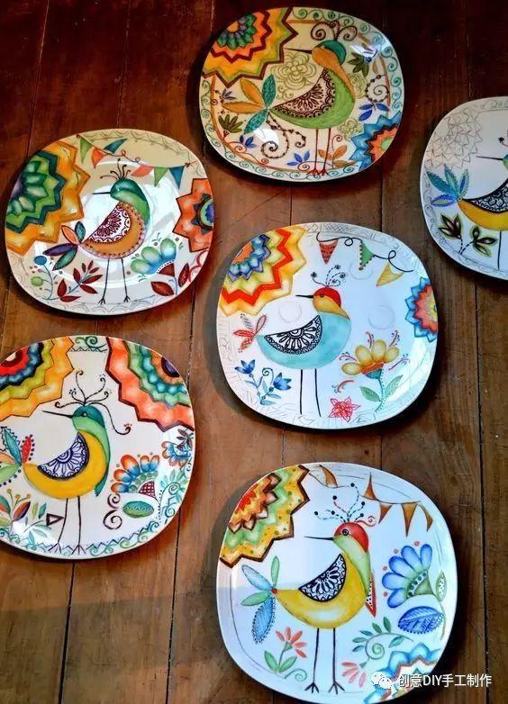利用一种能画在陶瓷盘上的彩色笔,直接在餐盘上画画,就能做出「独特