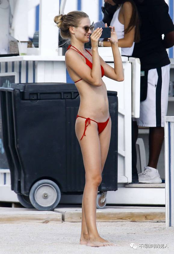 奇妮亚米萨斯基朋友海滩红色比基尼热情性感无限
