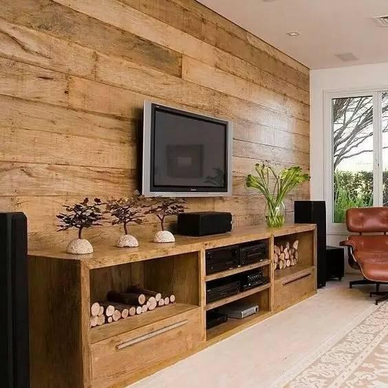 木地板也可以作为背景墙的新选择,不同材质和颜色可供选择,效果朴实