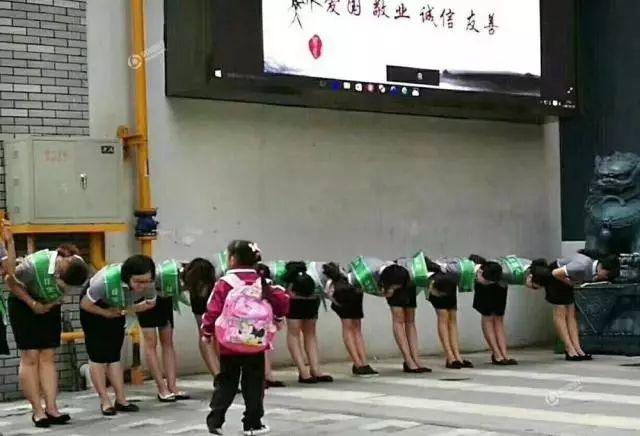 """""""教师向学生鞠躬""""引争议,是率先垂范还是作秀?"""