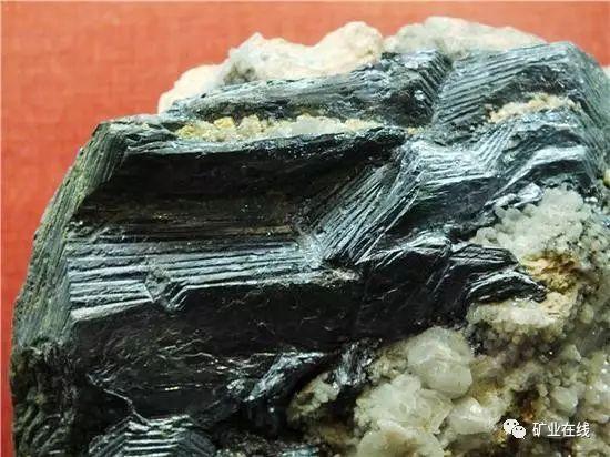 云母板_地质达人手把手教你,野外如何识别矿物和岩石?