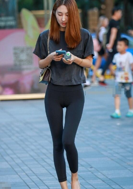 街拍紧身裤美女, 好身材绷得再紧也包不住图片