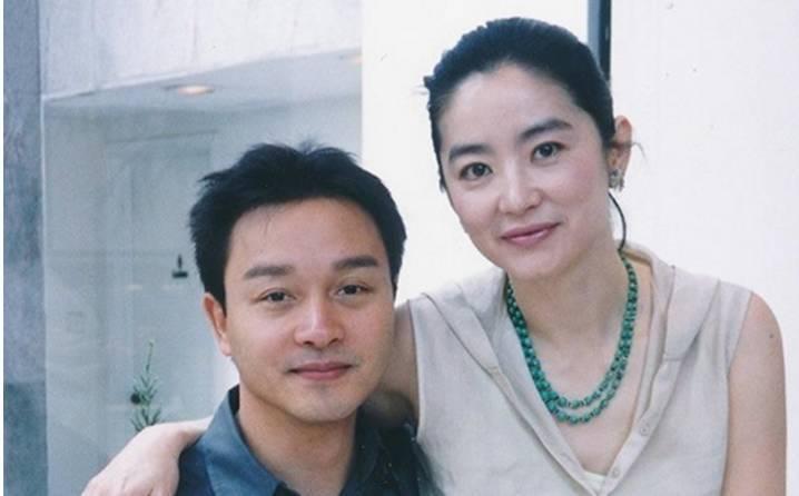 张国荣与林青霞两人是因合作《白发魔女传》而结缘,自然有不少的合影.