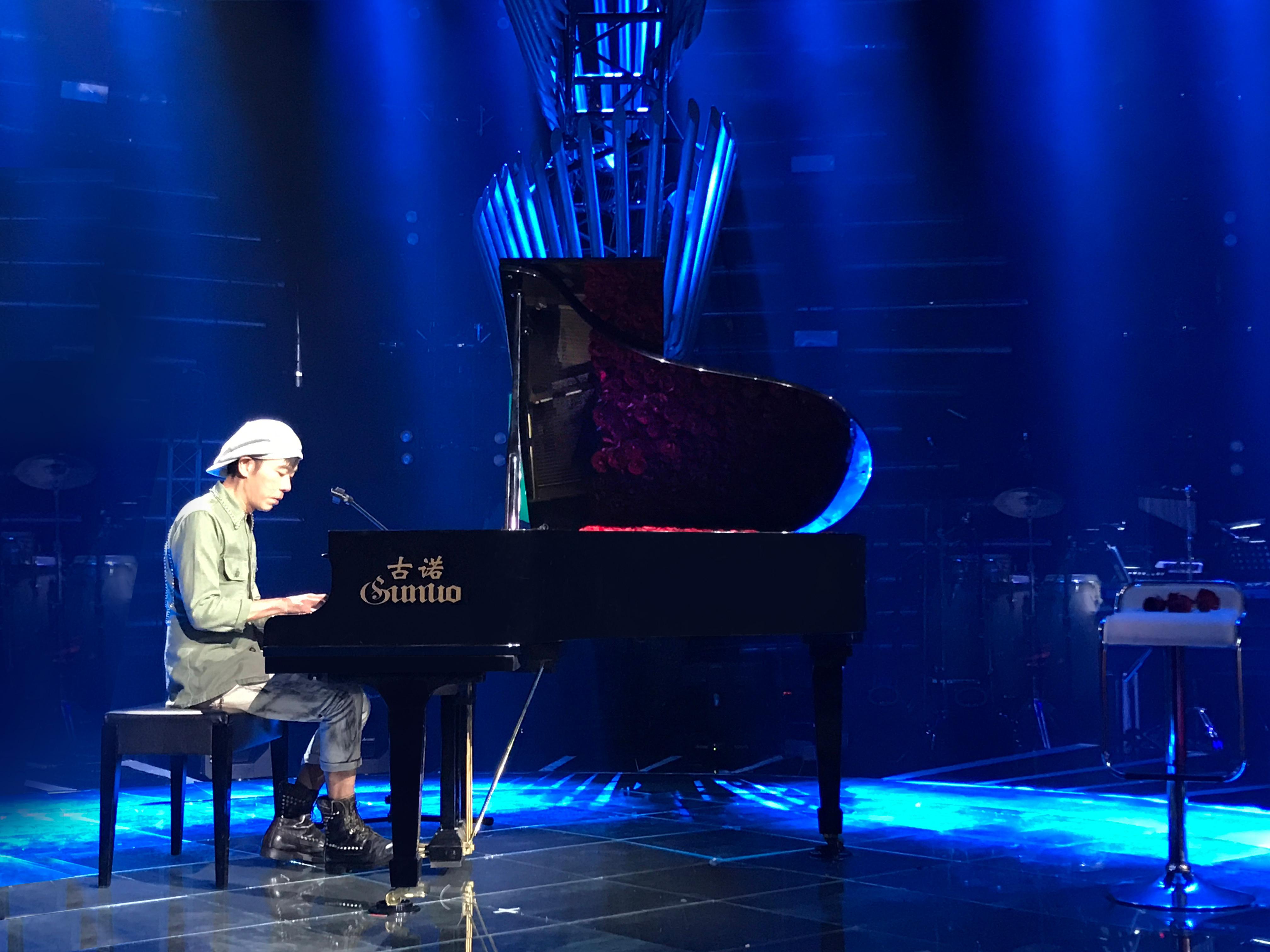 15岁便在西餐厅帮黄莺莺钢琴伴奏 17岁开始和同伴组成乐队 在大学校图片