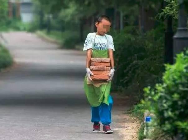 11岁男娃辍学搬砖,这样的锻炼,是真心还是假意?