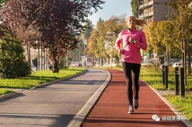 跑步是成本小效果佳的运动方式,但跑前跑后拉伸才是王道