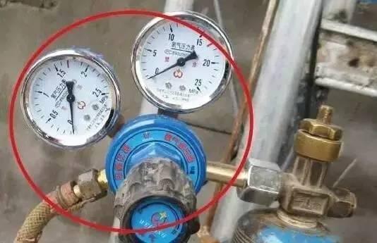 氧气减压器失效破裂,可能造成氧气胶管爆裂,发生火灾事故.图片