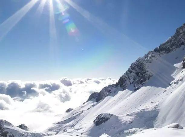 山顶人体艺术_站在山顶纵观脚下的雪山,夕阳尽撒,雪山泛起金灿灿的光亮,那一刻才