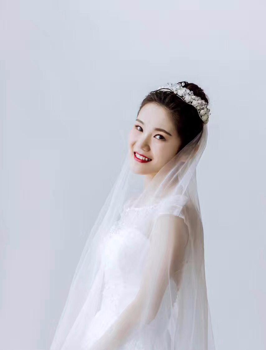 新娘丸子头搭配头纱——少女感爆棚,笑容好暖图片