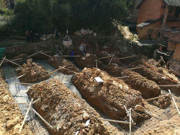 农村建房人工成本真不便宜,小伙花4万建条形地基,人工