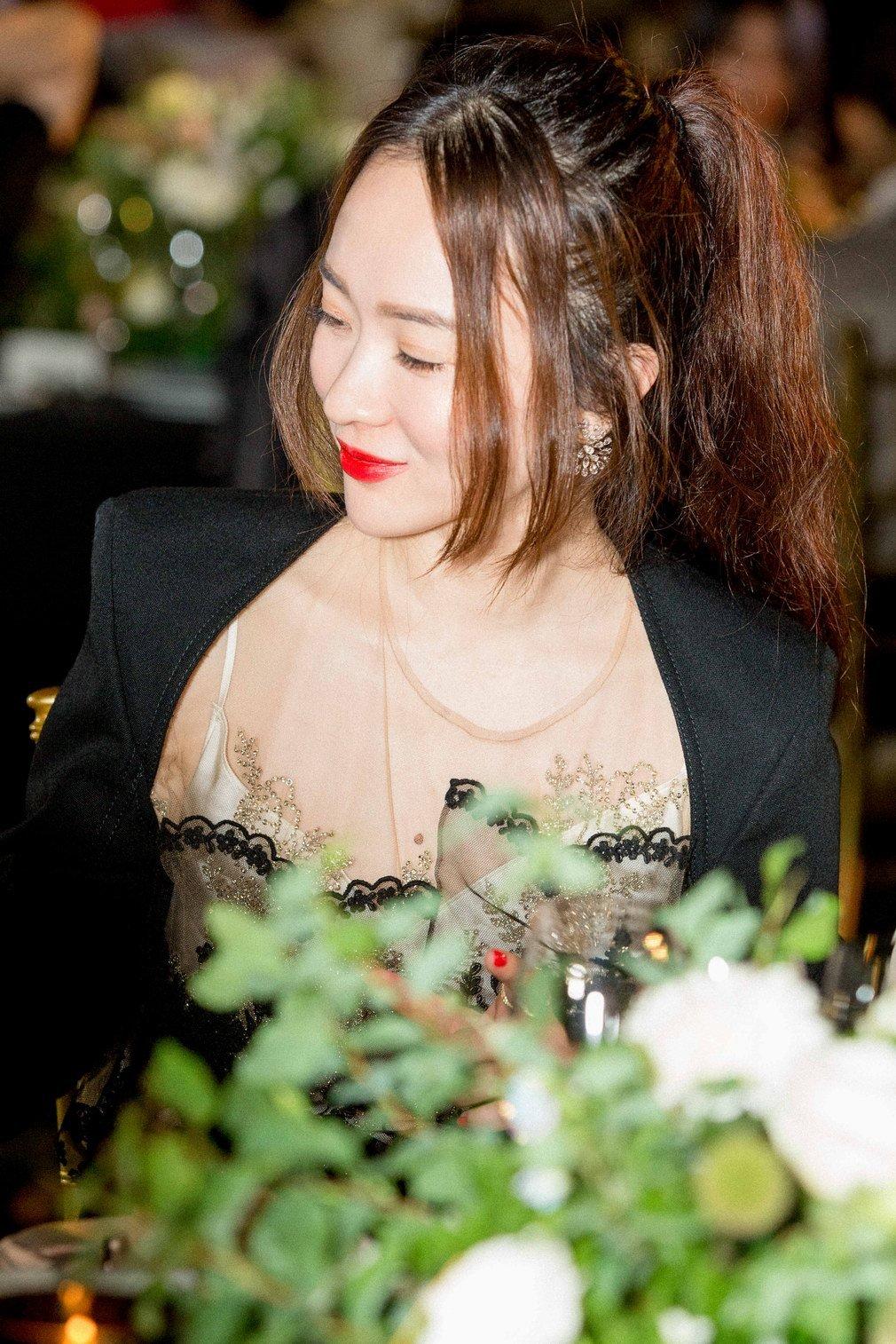 霍思燕身穿Stella McCartney成衣、佩戴妮华莫迪珠宝出席北京「华生早秋之夜」晚宴