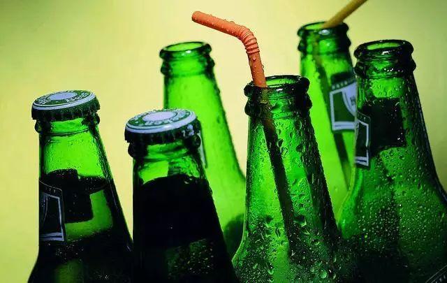 在斗门去酒吧吃宵夜好久没见过绿瓶子!为啥大多绿色?