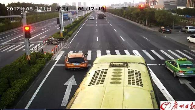 等红灯时做了一个动作,女司机因此躲过一劫……