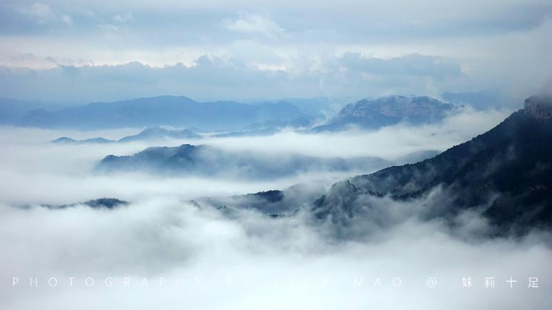 云台山跟许多壮美山峦一样,在远古时代是一片汪洋,随着世纪的流逝,地壳的变动,逐渐升起、抬高,最终形成今天的样子。   那天七夕,跟小伙伴们一起登顶,欢乐多,不孤单。   为了保护环境,也为了游客的安全,云台山实行内部交通管制,所有游客进入景区需要换乘景区绿色观光巴士60元/人。景区内共设有22个乘车点,在游览的过程中,游客可以在需要的站点凭票上下车,景区观光巴士上均有随车讲解员,为游客提供云台出行的基本情况讲解。山路险峻曲折,途中会穿过十几个山洞,有些洞内弯道能达到180度,不让私家车上来是非常正确的,