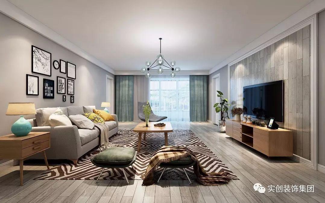 沙发背景墙选用浅灰色调,电视墙用同色系的木地板铺贴,整个客厅显得