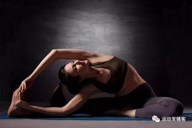 作为瑜伽初学者,如何在家中玩转瑜伽,练出好身材?