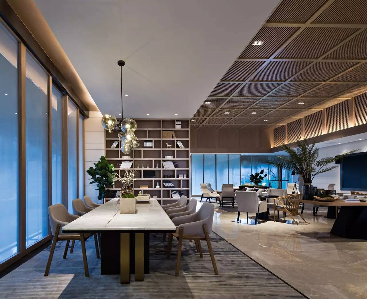 在家具的选材上,我们以浅木饰面为主,局部采用拉丝古铜,皮革,大理石作