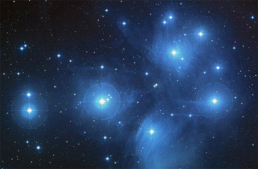 2013年12月2日的太阳图像,太阳的热核反应可不断向周围宇宙空间辐射能量,科学家通过观测恒星的颜色可以推测出恒星的许多奥秘,红色的恒星大约在3000k左右,黄色的大约为6000k,而白色的就接近9000k,最热的角宿一则会超过20000k   我们的太阳
