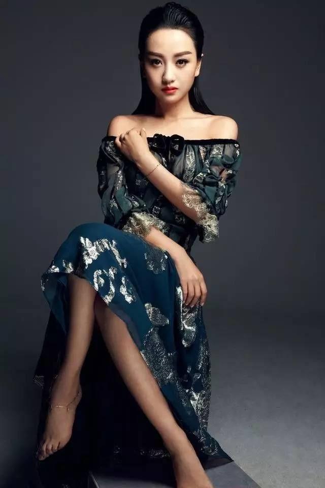 杨蓉这样穿真大胆,美背一览无遗,网友:露的没一点邪念!