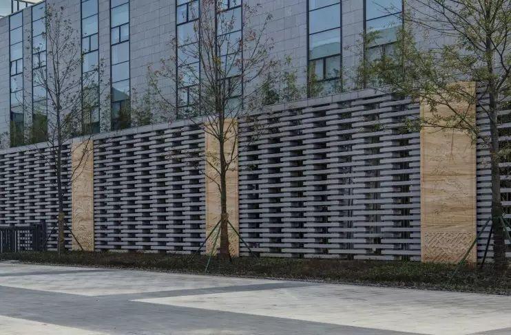 木色格栅点缀其间,丰富了立面的光影层次,同时也强调了灰空间的意义.