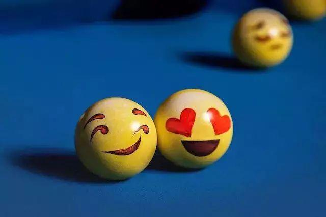 其实就是把emoji绘在台球上,满台球桌的表情包不断翻滚,画风hin诡异图片