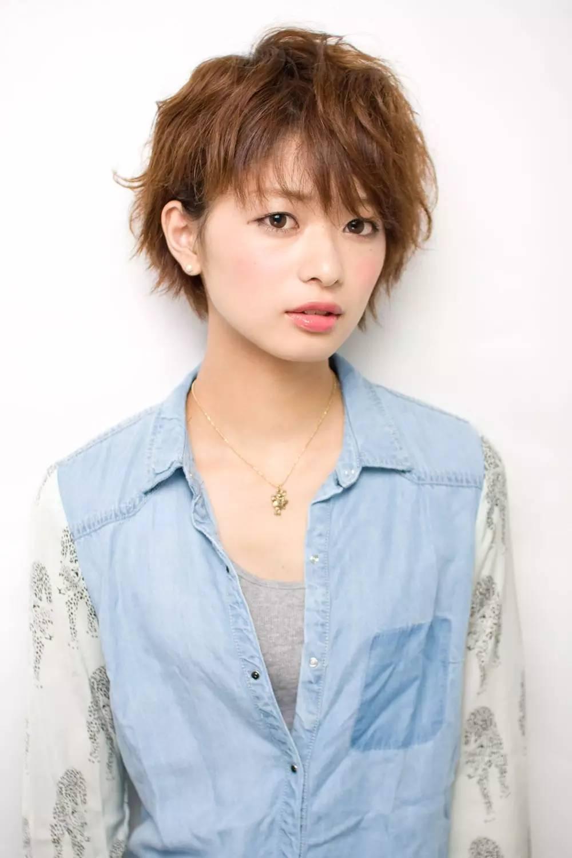 甜美的侧分波波头短发,内扣发尾蓬松瘦脸,甜美减龄的女生瘦脸发型图片