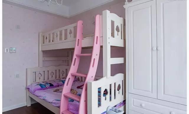 粉嫩的女孩房,就连双层床的梯子也是粉色的,床品也是艾莎公主,犹如一