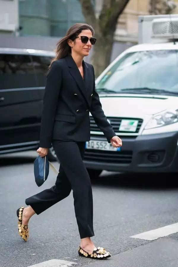 听说这样搭配黑色手拿包,有贵妇气质?
