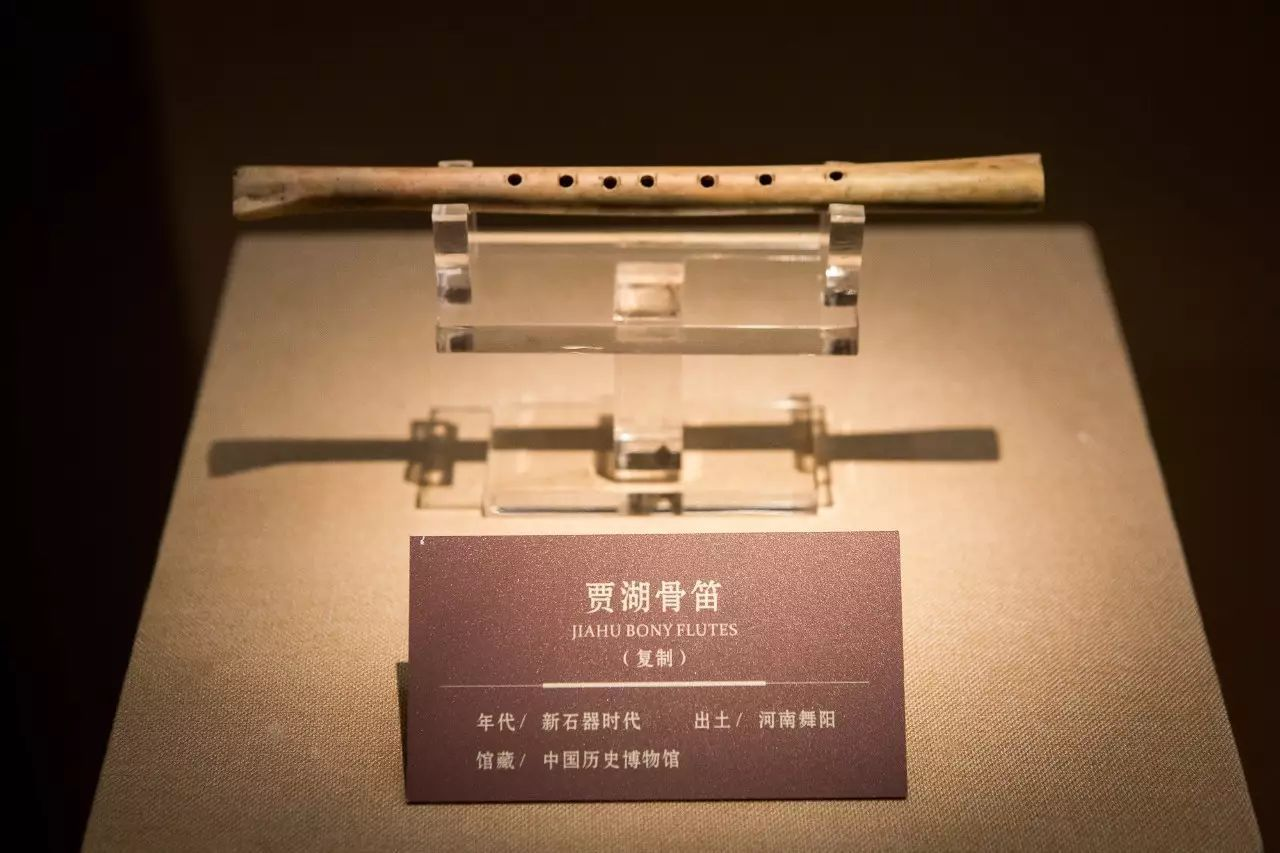 贾湖骨笛(复制) 贾湖骨笛(Jiahu bone flutes),1987年于河南省舞阳县贾湖遗址出土,属于新石器时代早期的裴李岗文化,共25支。据碳14测定,距今约7800-9000年前左右,是迄今为止我国发现的年代最早的乐器。骨笛由鹤类长骨制成,形制固定,制作规范,为竖(或斜)吹按孔管乐器。其中大部分为七音孔,能吹奏七声音阶的乐曲。