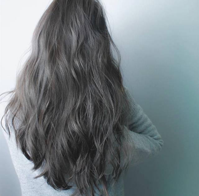 染了灰发色之后不需要烦恼长出了黑头发之后的突兀感图片