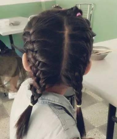 编一款公主头发型,保持的发型魅力也是蛮简单的,女童中发编发发型