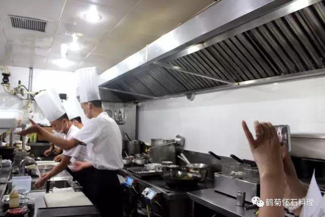 原来,评委是去厨房啊,看看每个参赛师傅在做菜的过程中环境卫生怎么样图片