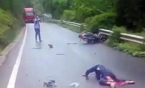 通江两河口路段一大货车与摩托车相撞,摩托车男子伤势严重