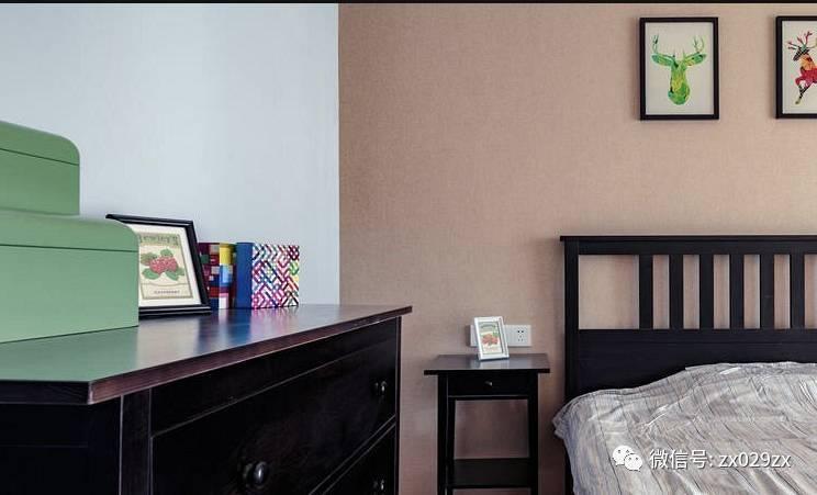 格子单椅,跳跃色搭配 ▲另一个卧室深色家具搭配,背景深色壁纸铺贴图片