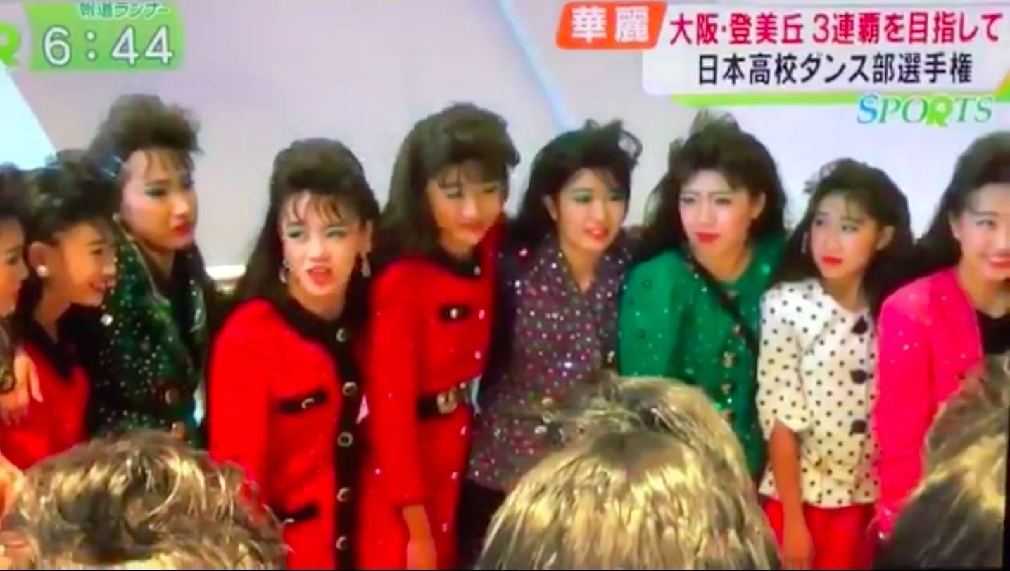 日本女v无码_爆炸头,大垫肩,这群跳着80年代迪斯科的日本女高中生