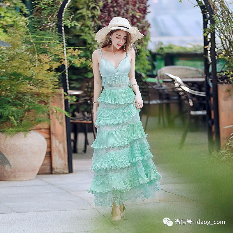 谁说吊带裙不能过秋冬,搭配好照样做女神