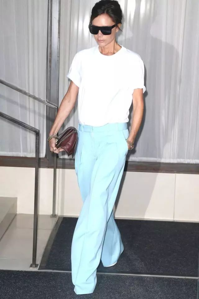 贝嫂偷穿了老公的裤子?这条baggy pants完全盖过了她的高跟鞋