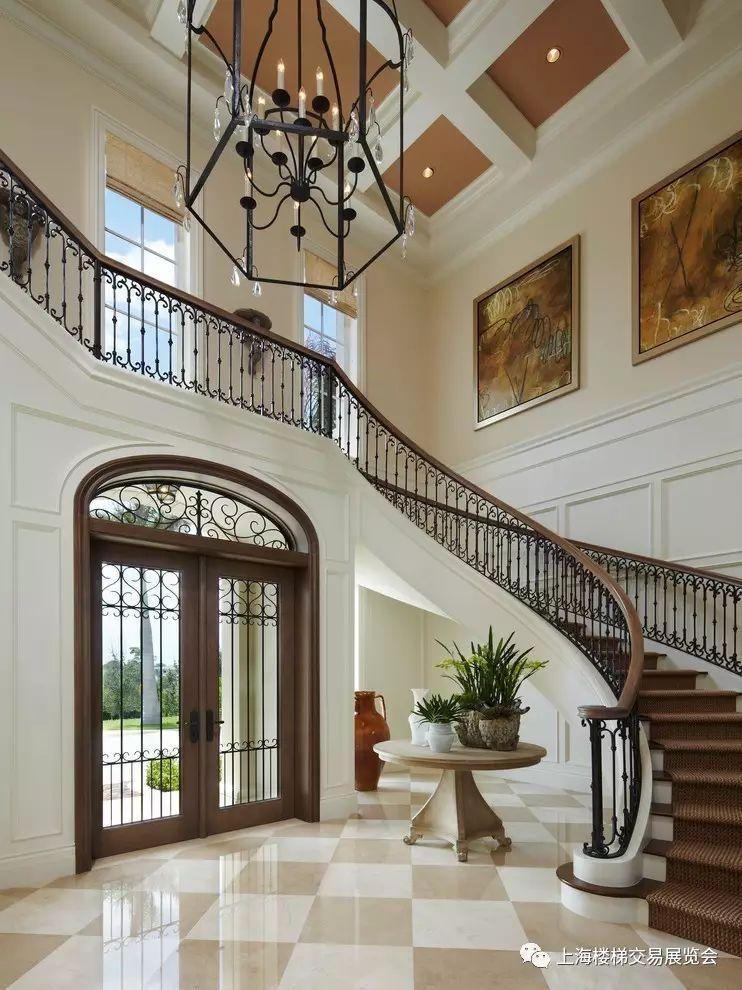 在复式楼装修中,玄关的吊顶和地面设计最好和客厅使用不一样的装饰