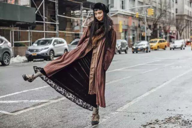 风衣+裙子,这个秋天更时髦更有女人味!