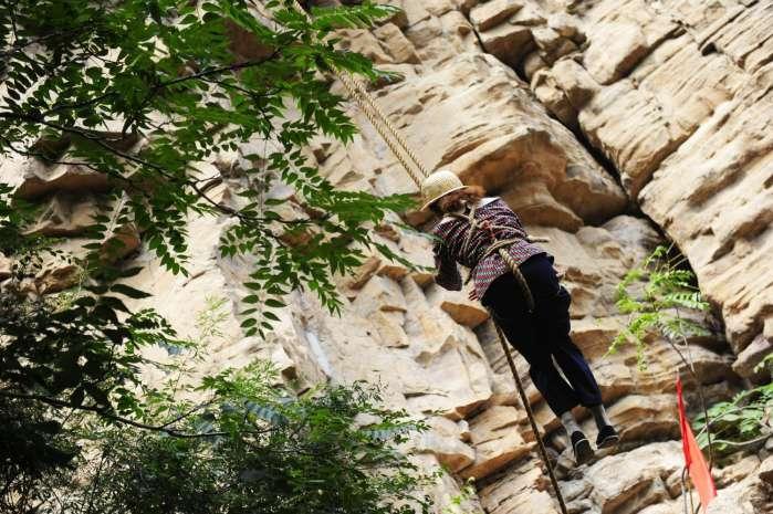 """实拍悬崖峭壁上的""""女蜘蛛人"""", 背后故事, 令人心酸! - 淡雅~如菊 - 淡雅`如菊 ⌒_⌒ 爱摄影 爱生活"""