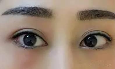 李小璐最新素颜照,美瞳线美呆了!