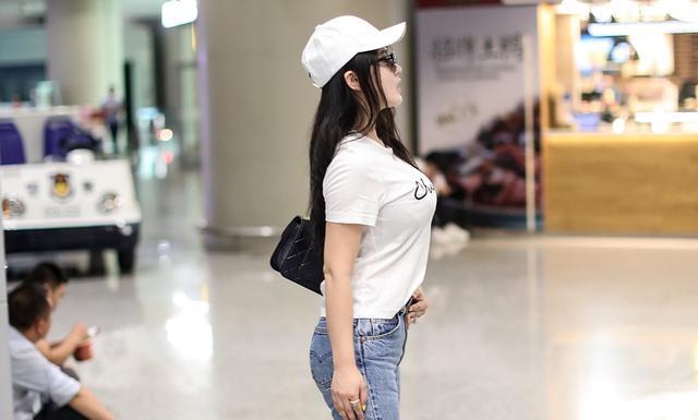 秦岚裤子烂成渣渣,冉莹颖裤子丑出新高度,女星机场look真精彩