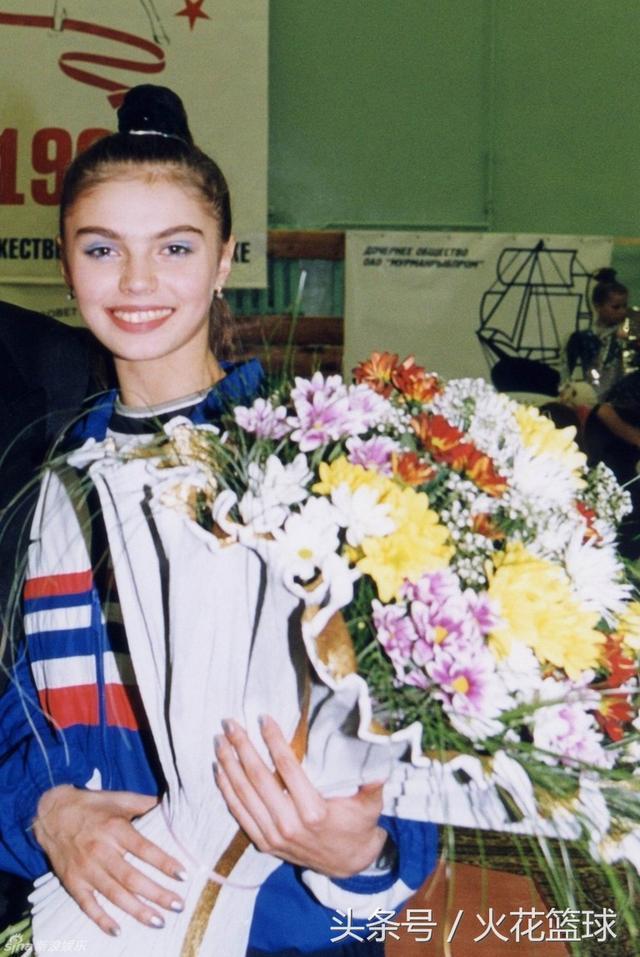 """俄罗斯""""体操女皇"""",22岁退役进入政坛,未婚却生子绯闻还不断"""
