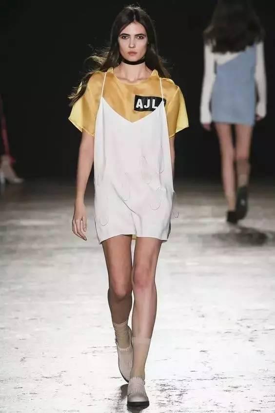 吊带裙里+T恤,韩剧女主都这么搭